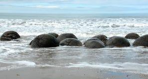 Cantos rodados de Moeraki, Otago, Nueva Zelandia Imagen de archivo libre de regalías