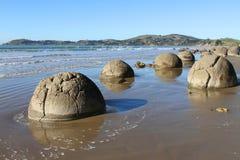 Cantos rodados de Moeraki, piedras esféricas grandes Fotos de archivo libres de regalías