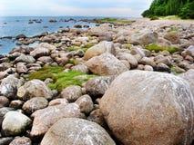 Cantos rodados de piedra en la playa del mar septentrional Imagen de archivo