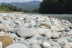 Cantos rodados de río en un río de la montaña Imagen de archivo libre de regalías