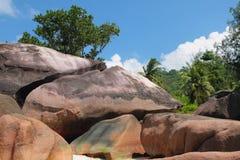 Cantos rodados del basalto Baie Lazare, Mahe, Seychelles Fotos de archivo