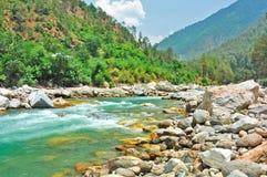 Cantos rodados dispersados en el río de la montaña Imagen de archivo libre de regalías