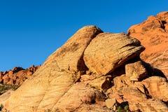 Cantos rodados en barranco rojo de la roca imagen de archivo libre de regalías