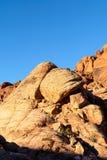 Cantos rodados en barranco rojo de la roca foto de archivo