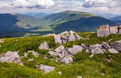 Cantos rodados en cuestas herbosas de la montaña de Runa Imagen de archivo libre de regalías
