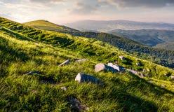 Cantos rodados en cuestas herbosas de la montaña de Runa Imagenes de archivo