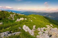 Cantos rodados en cuestas herbosas de la montaña de Runa Imágenes de archivo libres de regalías