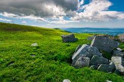 Cantos rodados en cuestas herbosas de la montaña de Runa Fotos de archivo libres de regalías