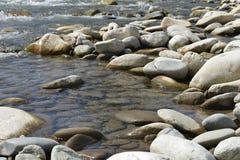 Cantos rodados en el río Fotografía de archivo libre de regalías