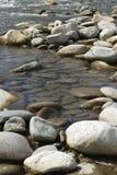 Cantos rodados en el río Imagen de archivo libre de regalías