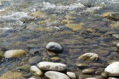 Cantos rodados en el río Imagenes de archivo