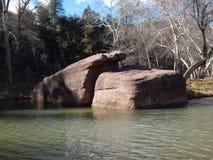 Cantos rodados en el río Foto de archivo