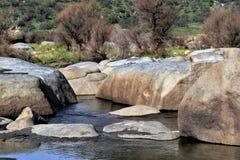Cantos rodados en el valle que lleva al parque nacional de secoya, California Imagenes de archivo