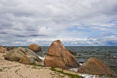 Cantos rodados en la costa Fotos de archivo