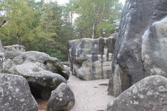 Cantos rodados en los zuecos aux. de Rocher, cerca de Fontainebleau en Francia Imágenes de archivo libres de regalías