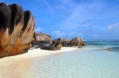 Cantos rodados en una playa del La Digue, Seychelles imagen de archivo libre de regalías