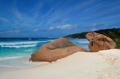 Cantos rodados en una playa tropical imagenes de archivo