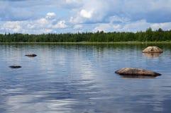 Cantos rodados enormes en el lago carelio norteño Fotografía de archivo libre de regalías