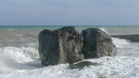 Cantos rodados enormes en la playa durante la tormenta, primer almacen de video