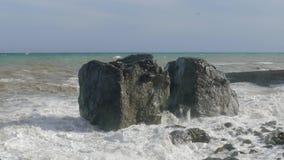 Cantos rodados enormes en la playa durante la tormenta, primer metrajes