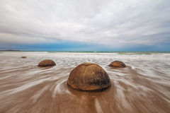 Cantos rodados famosos de Moeraki, playa de Koekohe, Nueva Zelanda Foto de archivo