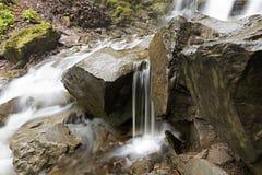 Cantos rodados grandes de las rocas en la corriente de la montaña del río Foto de archivo libre de regalías