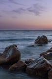 Cantos rodados grandes en el mar de la playa. Fotografía de archivo