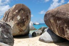 Cantos rodados grandes en la playa Foto de archivo libre de regalías