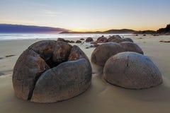 Cantos rodados irreales de Moeraki durante la bajamar, playa de Koekohe, Nueva Zelanda Fotografía de archivo