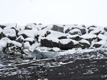 Cantos rodados revestidos de la nieve Imágenes de archivo libres de regalías