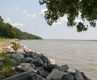 Cantos rodados rocosos en el borde del río en Virginia Imagen de archivo libre de regalías