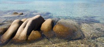 Cantos rodados y mar en Cerdeña fotos de archivo