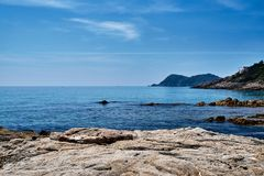 Cantos rodados y rocas en la orilla Foto de archivo libre de regalías