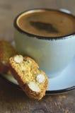 Cantuccini und Kaffee in einer blauen Schale Abgetöntes Foto stockfotografie