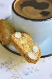 Cantuccini und Kaffee in einer blauen Schale Abgetöntes Foto stockbild