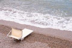 Canvaschaise zitkamer verlaten door het overzees stock afbeelding