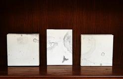 Canvases op een plank Stock Fotografie