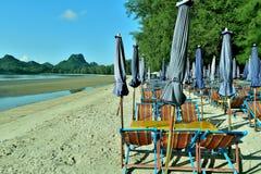 Canvasstoelen voor huur, slaap bij het strand, overzees in Thailand Stock Afbeelding