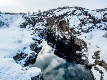 Canyon avec la réflexion pendant l'hiver, parc national de Thingvellir, Islande Images libres de droits