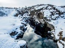 Canyon avec la réflexion pendant l'hiver, parc national de Thingvellir, Islande Image libre de droits