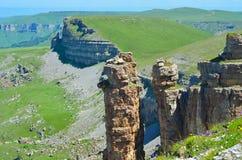 Canyon avec les falaises et les champs oranges Photo stock