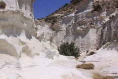 Canyon blanc à la plage de Sarakiniko sur l'île de Milos Photographie stock