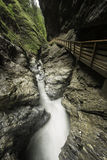 Canyon caché avec l'eau fluide et une voie artificielle Photographie stock libre de droits
