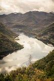 Canyon con il fiume fra le montagne dall'alta vista nel paese Montenegro di Europa nella stagione di autunno Fotografie Stock Libere da Diritti