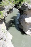 Canyon con un fiume veloce della montagna qui sotto immagini stock libere da diritti