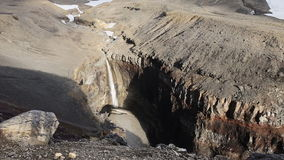Canyon dangereux, cascade sur la rivière de Vulkannaya Volcan de Mutnovsky kamchatka banque de vidéos