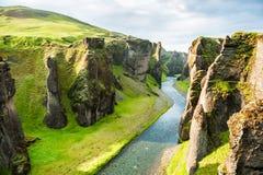 Canyon de Fjadrargljufur avec la rivière et les grandes roches Photo stock
