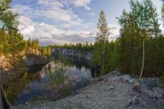 Canyon de marbre sur le lac en Carélie Image stock