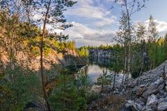 Canyon de marbre sur le lac en Carélie en été Photographie stock libre de droits