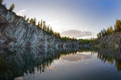 Canyon de marbre sur le lac en Carélie en été Photo libre de droits